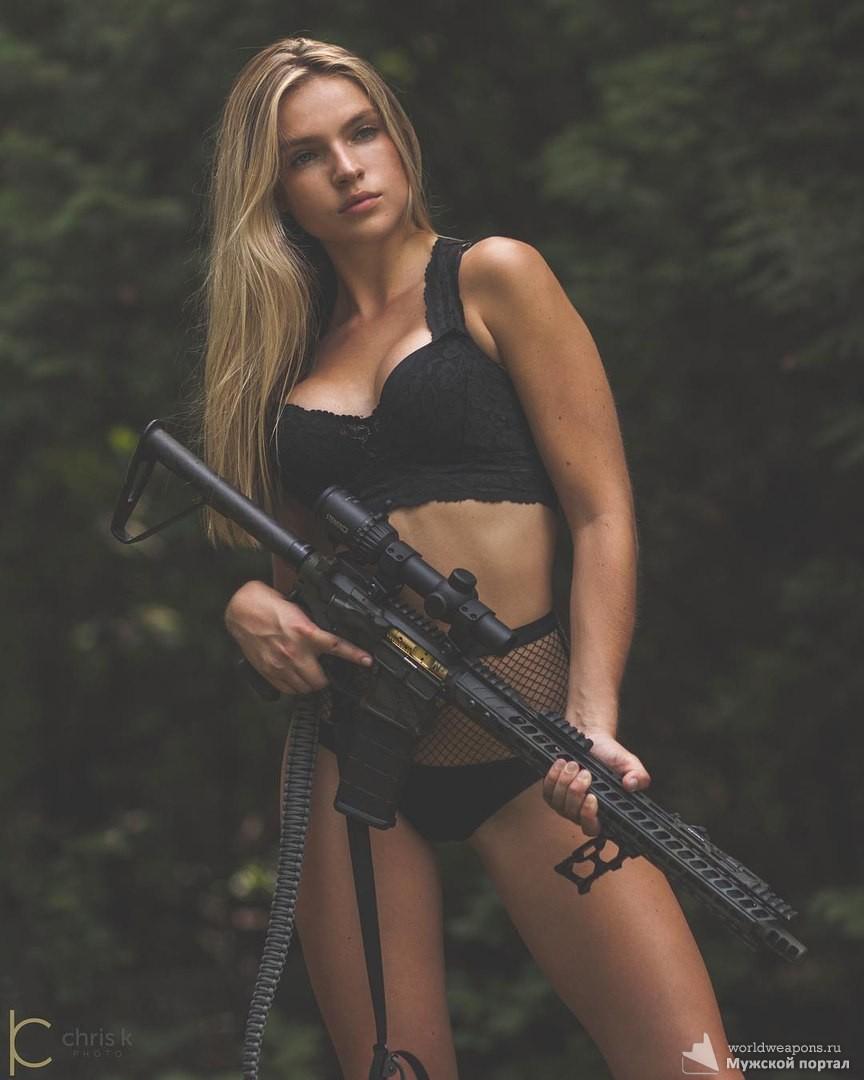 Красотка Raeanna Rietow с оружием. Продборка красивых девушек с оружием.