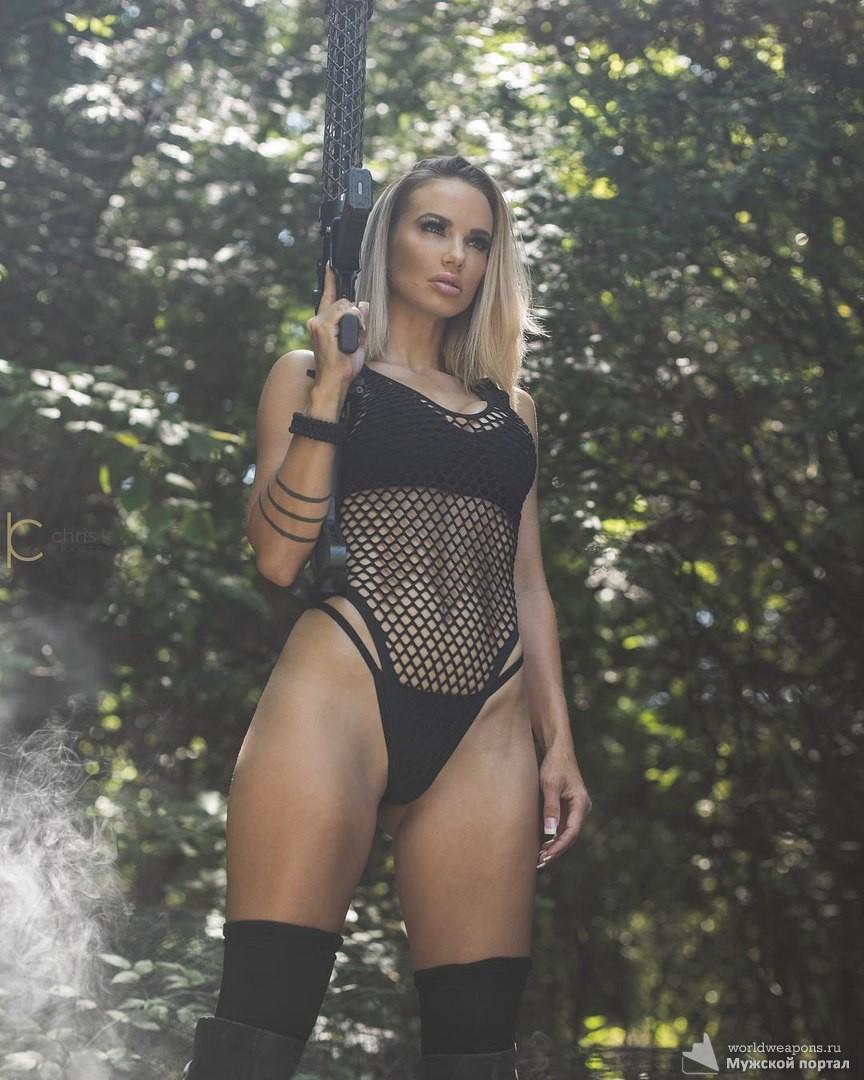 Горячая красотка с оружием, подборка девушек с оружием, лучшее.