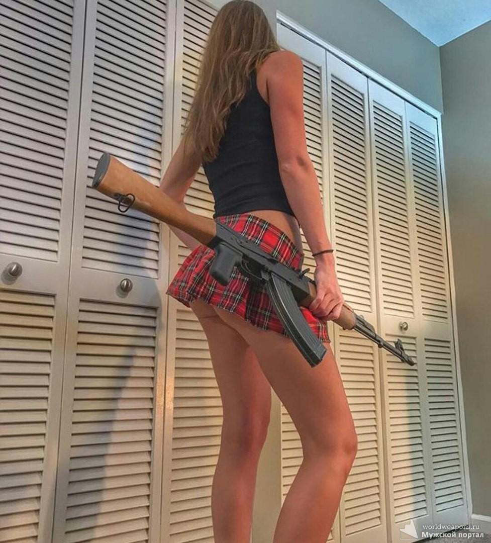 Красивая девушка в юбке, с оружием, автомат калашникова.