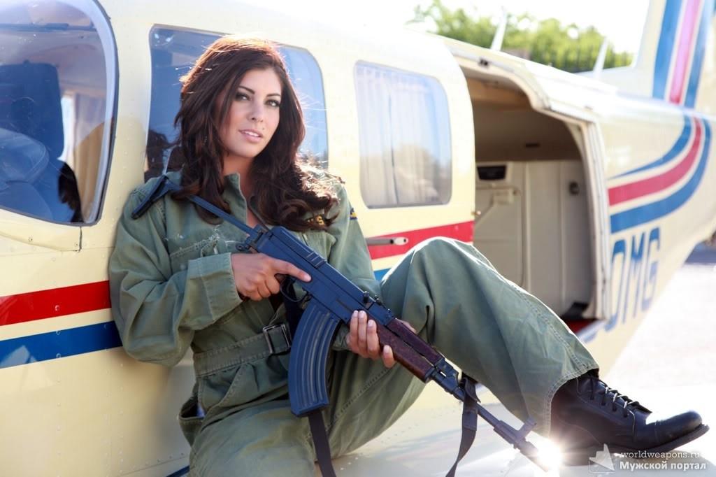 Мишель Вискузи (Michelle Viscusi) - профессиональный стрелок команды GLOCK USA. Тягу к стрельбе ощутила во время службы в Национальной гвардии США (с 19 лет), с 21 года - в профессиональном спорте.  В руках у девушки - Vz. 58.