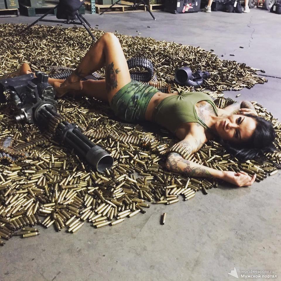 Красивая девушка с оружием, пулемёт, миниган, много патронов...