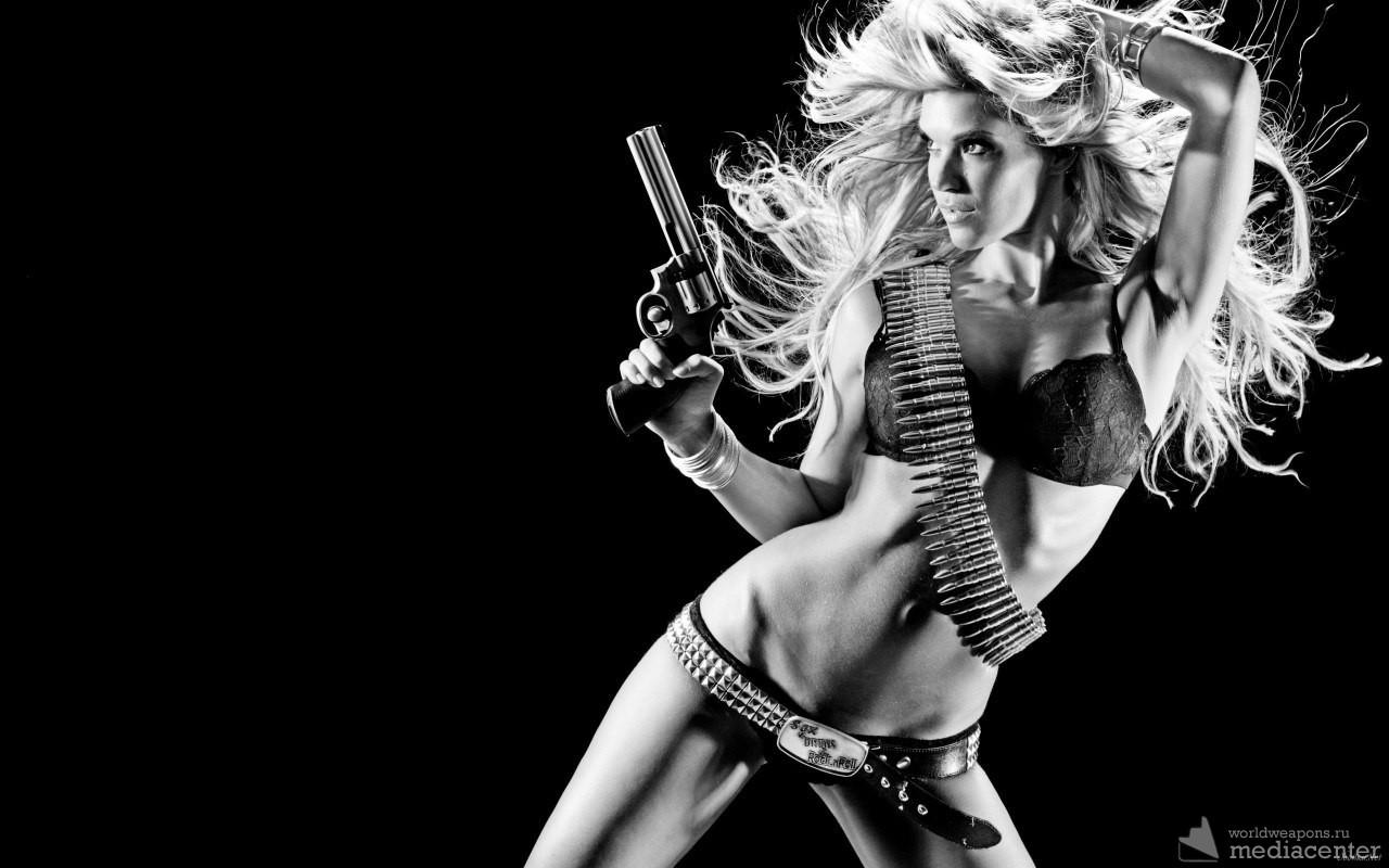 Девушка с револьвером, подборка красивых девушек с оружием.