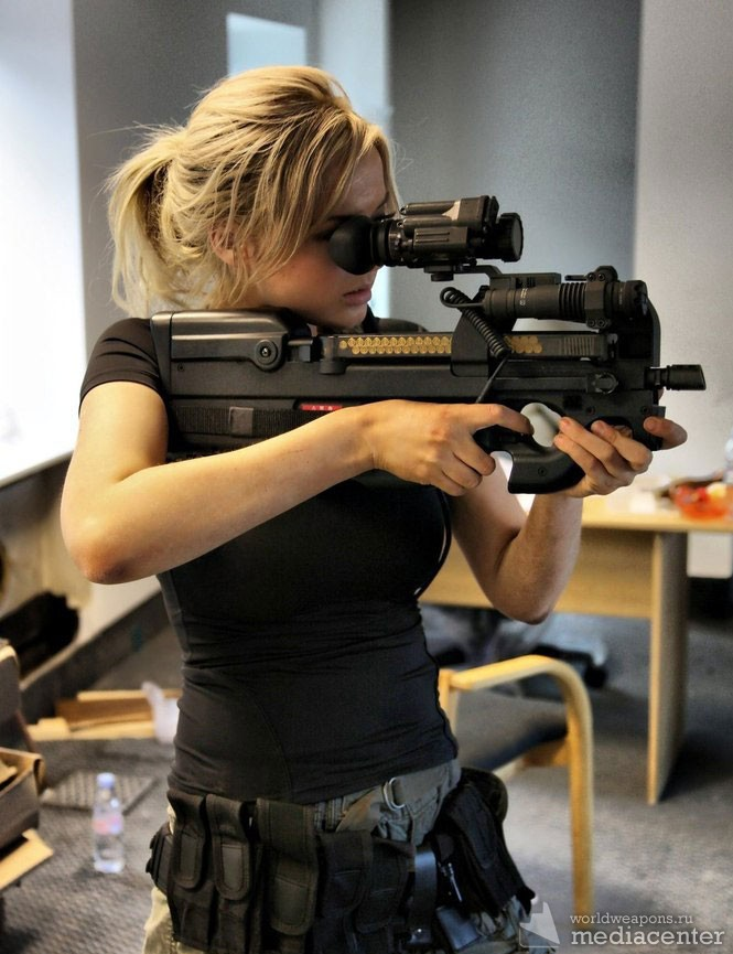 Девушка с оружием. Пистолет-пулемет FN.