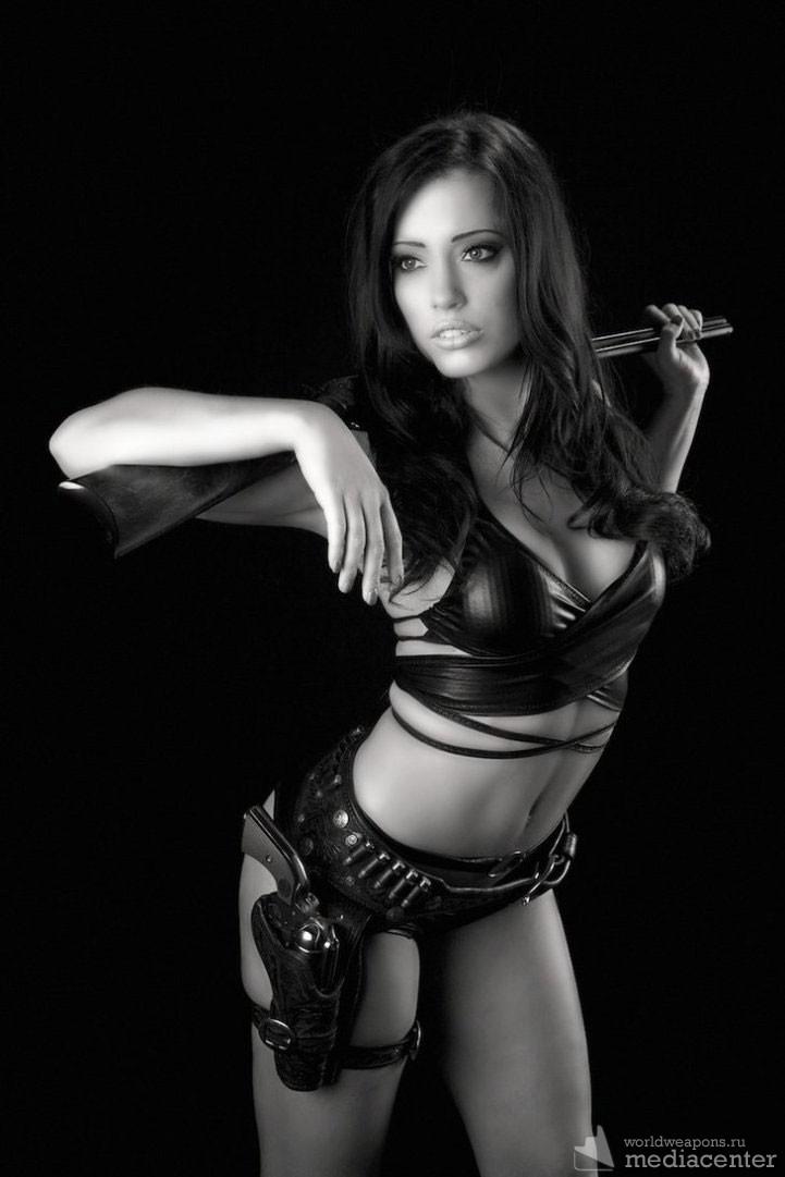 Девушка с ружьем и пистолетом в кобуре. девушки с оружием подборка.