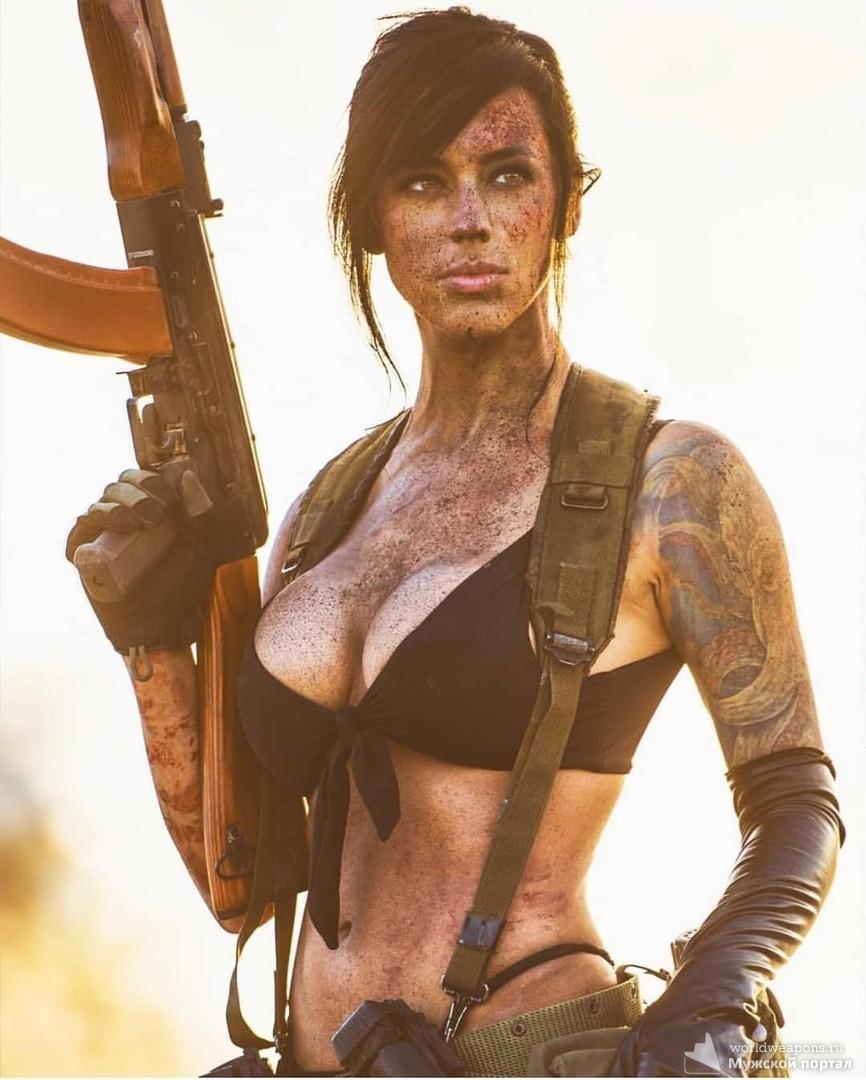Девушки с оружием, грязная девушка. оружие