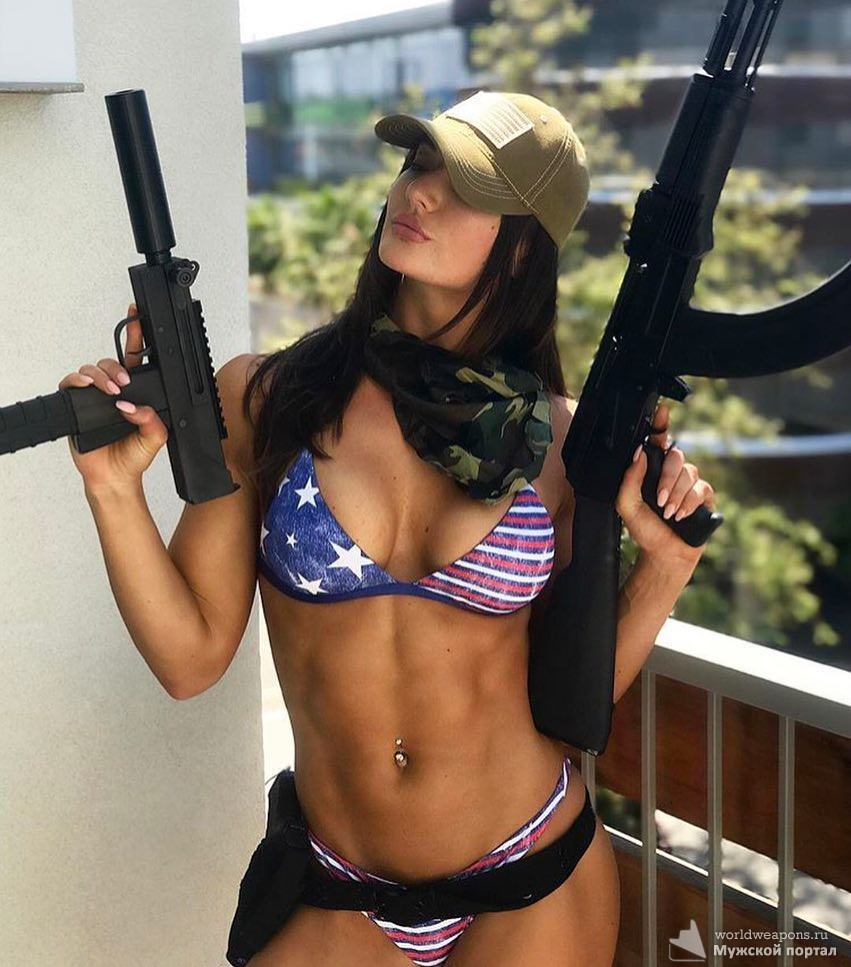 Красивая девушка с оружием, круто смотрится. узи и автомат калашникова, в купальнике. огонь!