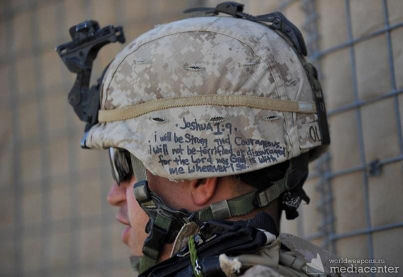 Цитата из Библии на каске американского морского пехотинца в Афганистане: «Буду тверд и мужествен, не убоюсь и не ужаснусь, ибо со мною Господь Бог мой везде, куда не пойду.»