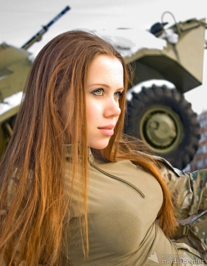 Красивые девушки и военная техника. На фоне бронетранспортера. БТР. В военной форме.