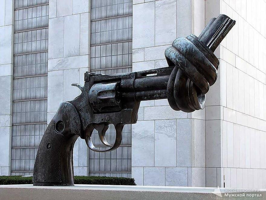 Скульптура 1988 года возле подъезда здания ООН в Нью-Йорке. Автор: шведский скульптор Карл Рейтерсверд.