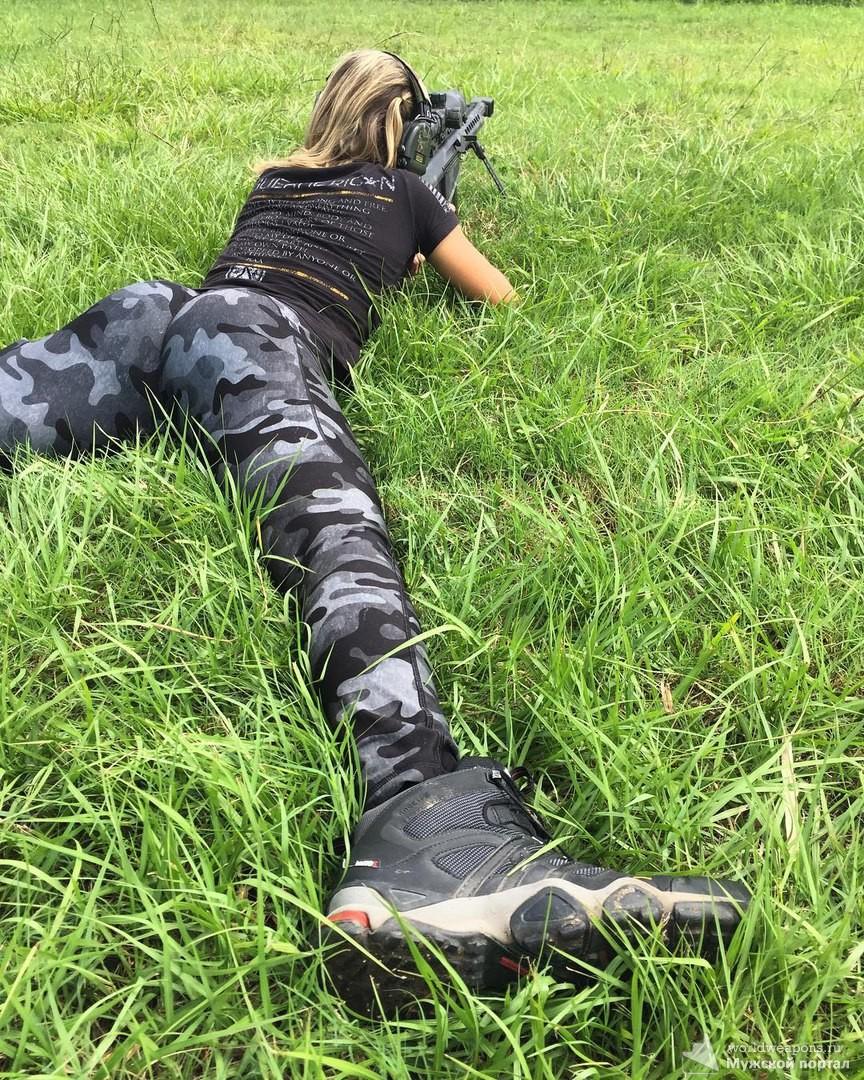 Подборка красивых девушек с оружием. Шикарные формы, девушка стреляет из снайперской винтовки.