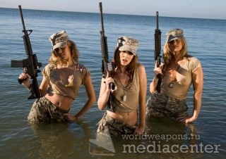 Три девушки с автоматами М в воде  камуфляж.