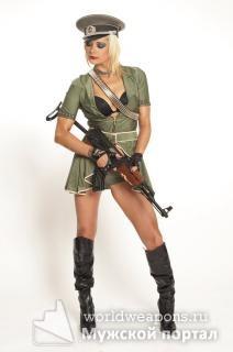 Сексуальная девушка с оружием, автомат Калашникова, в фуражке, сапогах.