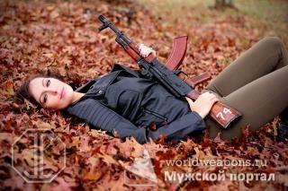 Красивая девушка с оружием, автомат Калашникова.