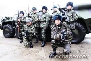Девушки с оружием, с военной техникой. БТР. Украинские дивчины с автоматом Калашникова, возле БТР-а.