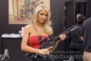 Блонди с штурмовой винтовкой M4 Carbine.