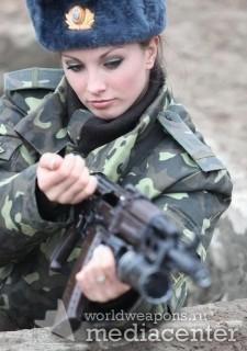Русская девушка с оружием в форме. Автомат Калашникова.