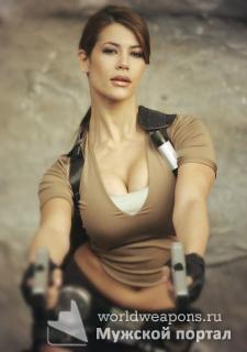 Красивая, сексуальная девушка с оружием, в стиле Лары Крофт, большая грудь, два пистолета...