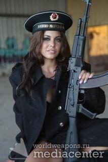 Девушка с оружием. Автомат Калашникова. Военно-морской флот.