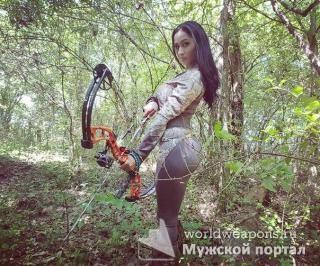 Красивая девушка с оружием, в лесу, тактический лук.