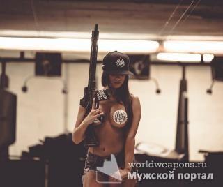 Красивая, сочная фигурка, девушка с оружием, автомат.