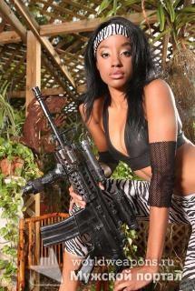 Красивая, темнокожая девушка с оружием, автомат.