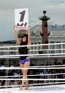 Красивые и сексуальные девушки выносящие таблички с номерами раундов в боксе