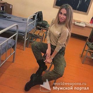 Красотка в военной форме.