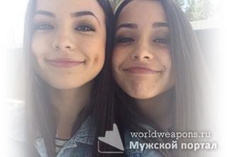 Две девушки, милашки, красивые близняшки. Фото для цитаты.