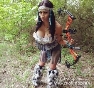 Красивая девушка с оружием, в лесу, тактический лук, сочные формы.