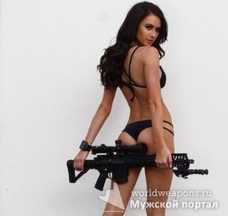 Красивая девушка с оружием, Kylie Marie Walton, в бикини.