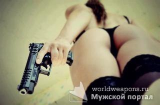 Горячая девушка с оружием, пистолет, сочная попа, шикарно!