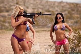 Девушки в бикини  с пистолетами-пулеметами MP5.
