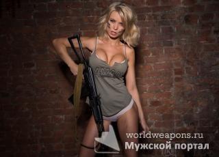 Красивая девушка с оружием, автомат Калашникова, 4man.