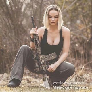 Красивая девушка с оружием, блондинка, камуфляж. Огонь!