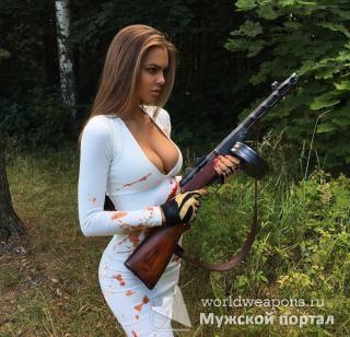 Красотка с оружием в белом платье. Автомат. В лесу. Девушка с оружием.