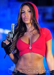 Девушка с револьвером.