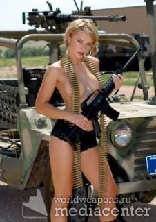 Девушки и военная техника. Девушка, патроны, штурмовая винтовка M4. Военный джип, пулемет.