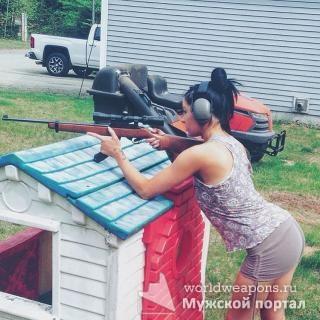Красивая девушка с оружием, винтовка, клевая стоечка.