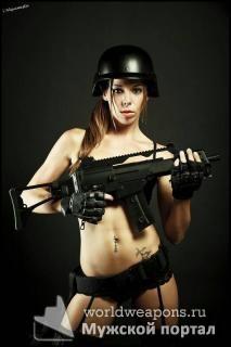 Девушка с  оружием, автомат, HK, в каске, чулки.