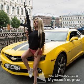 Вау! На этом фото есть все! Красивая девушка, блондинка с оружием, автомат Калашникова и Chevy Camaro... 3 мужские слабости в 1 фото!