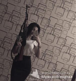 Красивая девушка, селфи с автоматом Калашникова.