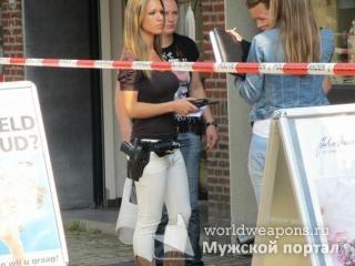 Красивая девушка с оружием, Офицер голландской полиции.