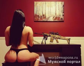 Девушка с оружием, сочные формы, фигура, попа-бомба!