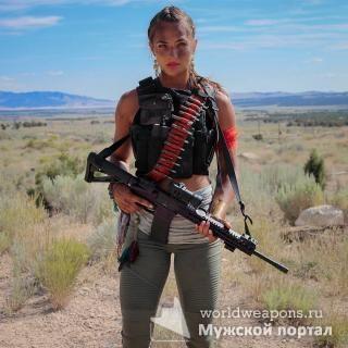 Крутая и красивая девушка с оружием. Автомат. Камуфляж.