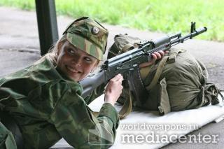 Российская девушка в военной форме с оружием, автоматом Калашникова.
