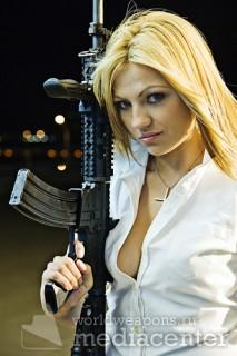 Красивая блондинка с автоматом