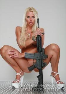 Голая блондинка с штурмовой винтовкой М4.
