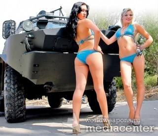 Девушки и военная техника, в купальниках возле БТРа.