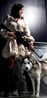 Девушка с оружием и собакой.