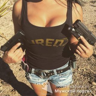 Красивая девушка с пистолетами, оружием, сиськи!